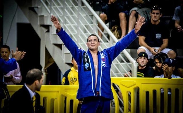 Rodrigo-Comprido-celebra-no-Jiu-Jitsu-foto-de-Mike-Calimbas1-3